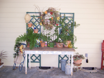 outdoor-wreath-potting-table